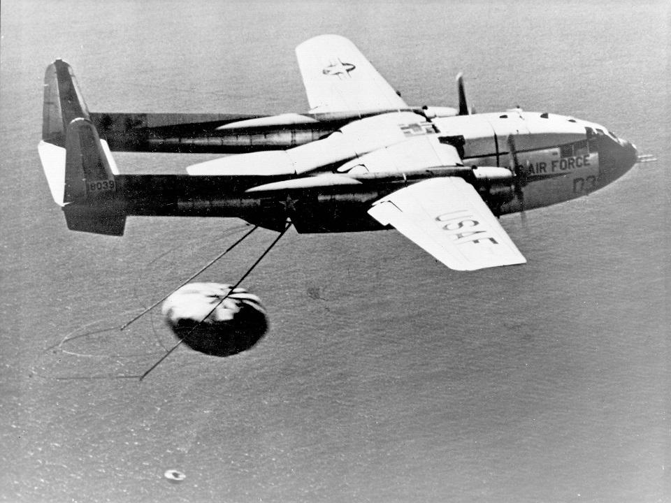 Транспортный самолет С-119 перехватывает спутник Discovery 14