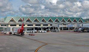 Airport Phuket 1 300x176 - В аэропорту Пхукета туристы из России устроили давку