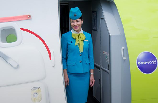 s7 airlines cabin attendant 01 - Флот «S7 Airlines» пополнят 17 воздушных судов Embraer EMB170