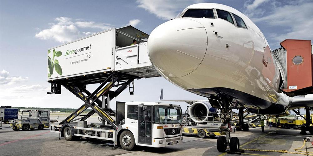 28 - В Благовещенске погрузчик с питанием для пассажиров врезался в авиалайнер
