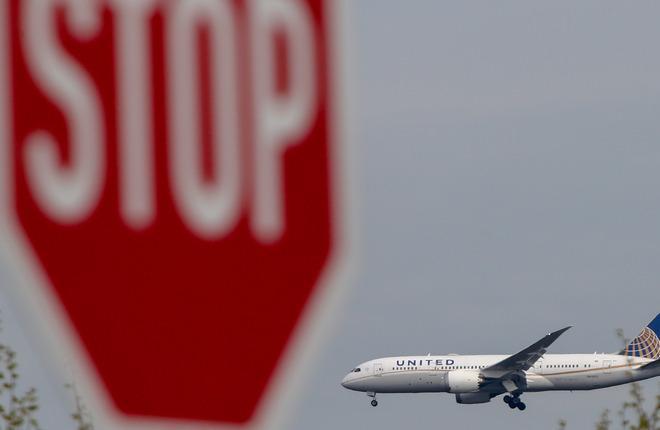 united airlines jet stop sign 01 - Авиаперевозчик «United Airlines» подвел всю гражданскую авиацию