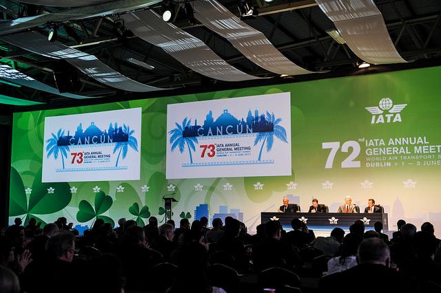 Глава Международной ассоциации авиационного транспорта (IATA) Александр Де Жуняк во время саммита авиационной отрасли в Мексике призвал к быстрейшему, по возможности, разрешению возникшего дипломатического кризиса на Ближнем Востоке, который угрожает авиационному движению в регионе.  В понедельник Саудовская Аравия, Объединенные Арабские Эмираты, Египет, Бахрейн, Йемен, Ливия и Мальдивы разорвали дипломатические и консультативные отношения с Катаром, в связи с подозрениями в поддержке терроризма этой страной. Имеющий огромные природные источники энергоносителей Катар, является одной из самых богатых стран мира.  Авиакомпании стран, разорвавших дипломатические отношения с Катаром, отменяют рейсы в Доха – со вторника в Катар не будут летать, в том числе: Etihad, Emirates, Flydubai, Saudia, Air Arabia. Bahrajn, Egipt, Саудовская Аравия и Объединенные Арабские Эмираты пригрозили закрытием своего воздушного пространства для катарских самолетов.  От запрета пострадает национальный перевозчик Катара – Qatar Airways, который кроме потери рейсов, будет вынужден решать вопрос с облетом запрещенного воздушного пространства.  «Мы хотим, чтобы границы были снова открыты, и чем быстрее, тем лучше», - сказал журналистам глава IATA. Как он добавил, «Авиация является глобальной и это ее лучшая форма». «Как лидеры авиационной отрасли мы должны позаботиться о том, что она оставалась глобальной по всему миру и пассажиры не несли убытков», - добавил Де Жуняк.  Журналисты попытались получить комментарий от главы Qatar Airways. Однако оказалось, что он не присутствует на саммите. По неофициальной информации, глава Qatar Airways Акбар Аль Бакр был вынужден покинуть 73-й саммит IATA в понедельник частным самолетом, которым и прилетел.
