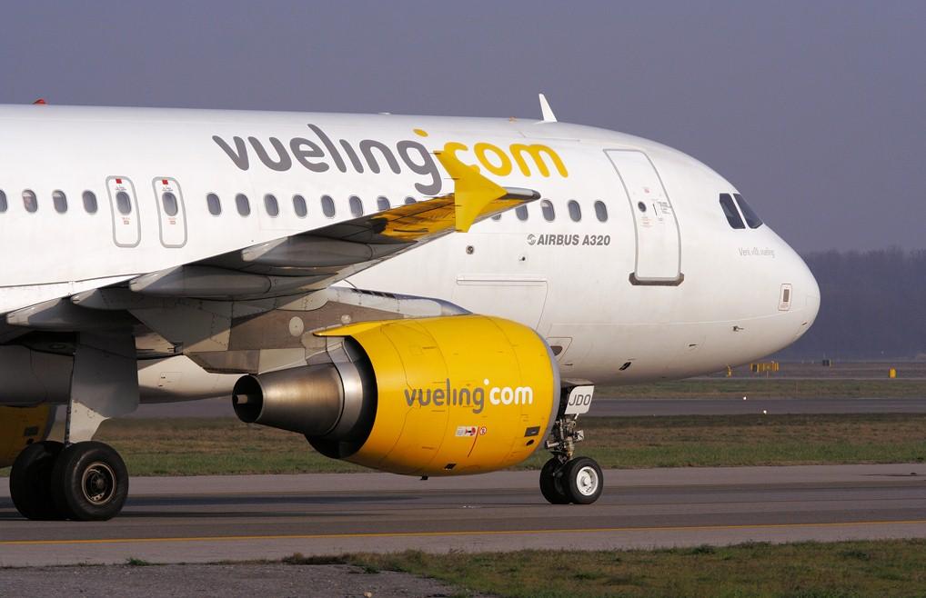 В Испании на взлетной полосе самолет столкнулся с автомобилем