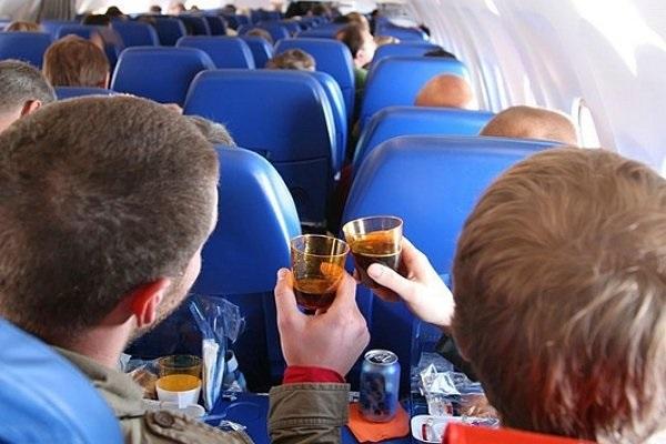 Пьяный россиянин попытался выйти из летящего самолета