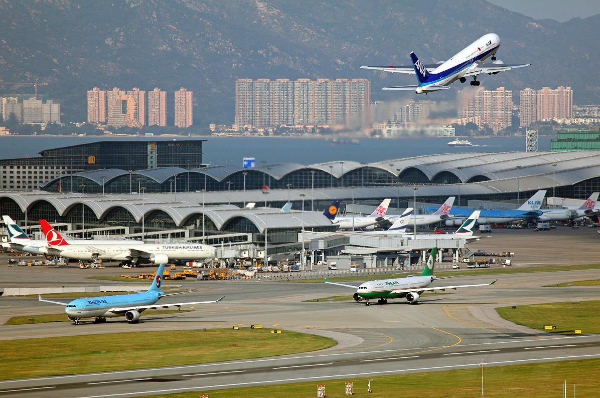 20133 - В Гонконге из-за тайфуна отменили более 300 авиарейсов