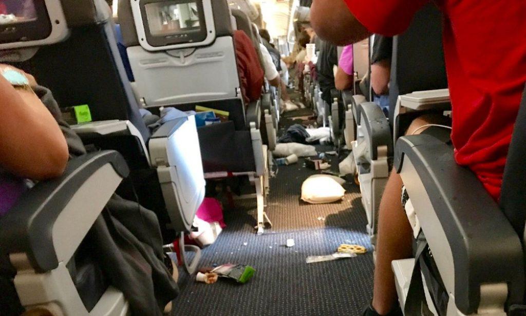 Clip2net 170807184144 1024x615 - На борту American Airlines пострадало 10 человек