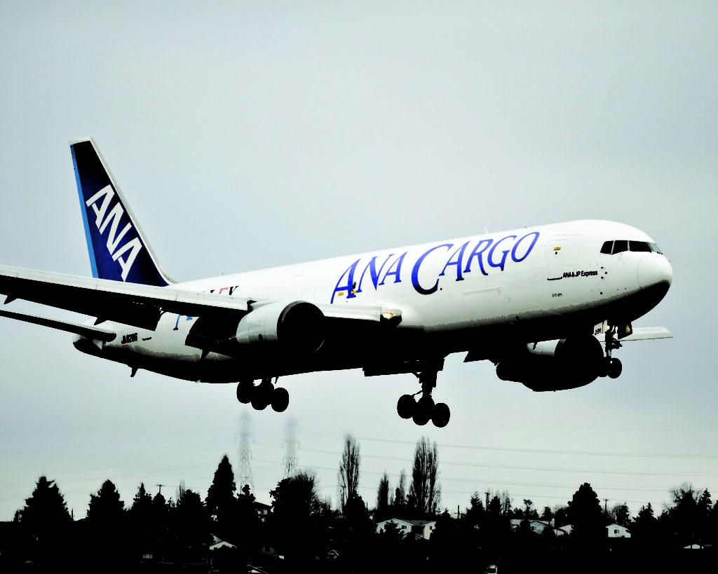 ANA 767-BCF совершает посадку