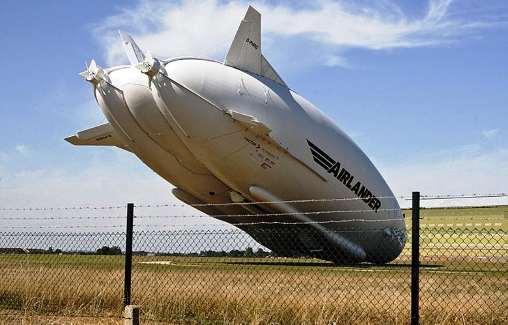 В английском графстве Бедфордшир на поле упало судно Airlander 10
