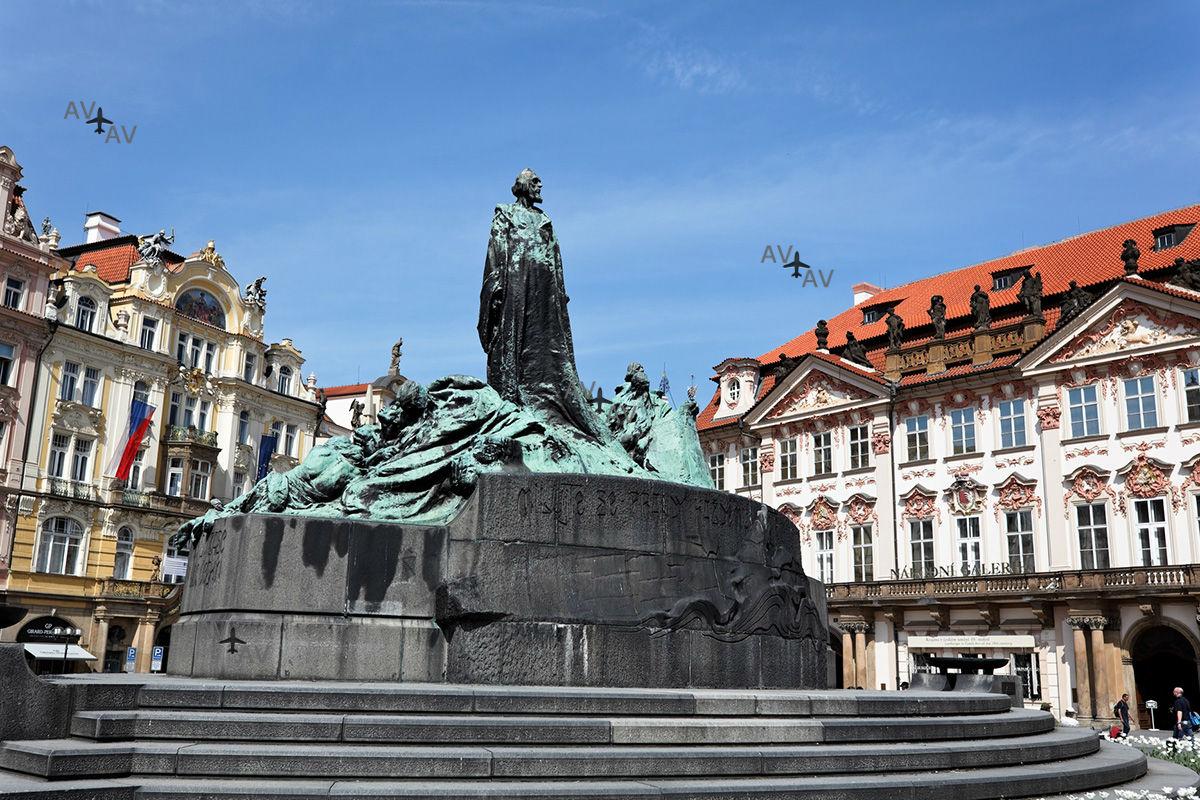 Jan Hus Memorial in Old Town Square - Староместская площадь