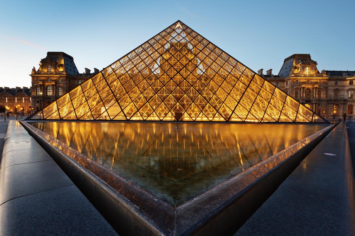 Luvr v nochnom osveshhenii Parizh - Лувр - шрам на лице Парижа