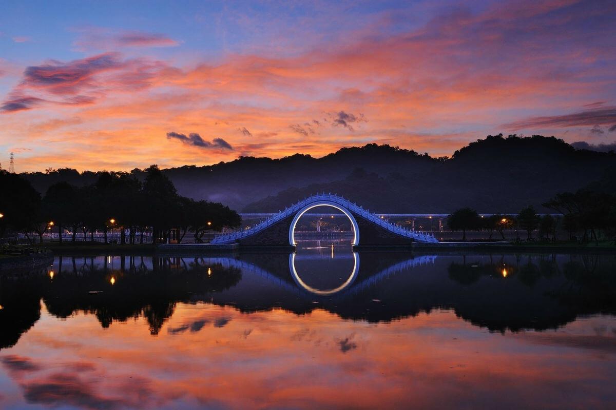 Neobychnyj tajvanskij Lunnyj most - Таттон парк и его Обезьяний мост