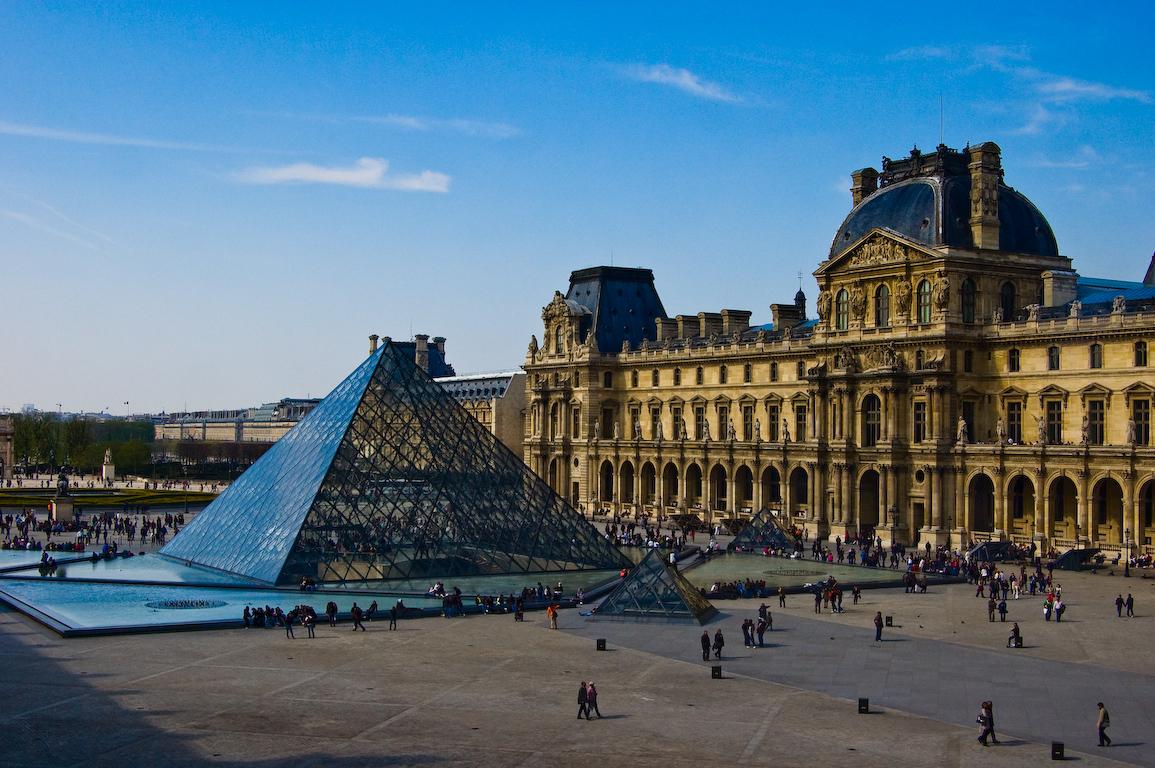 Vid na Luvr Parizh - Лувр - шрам на лице Парижа