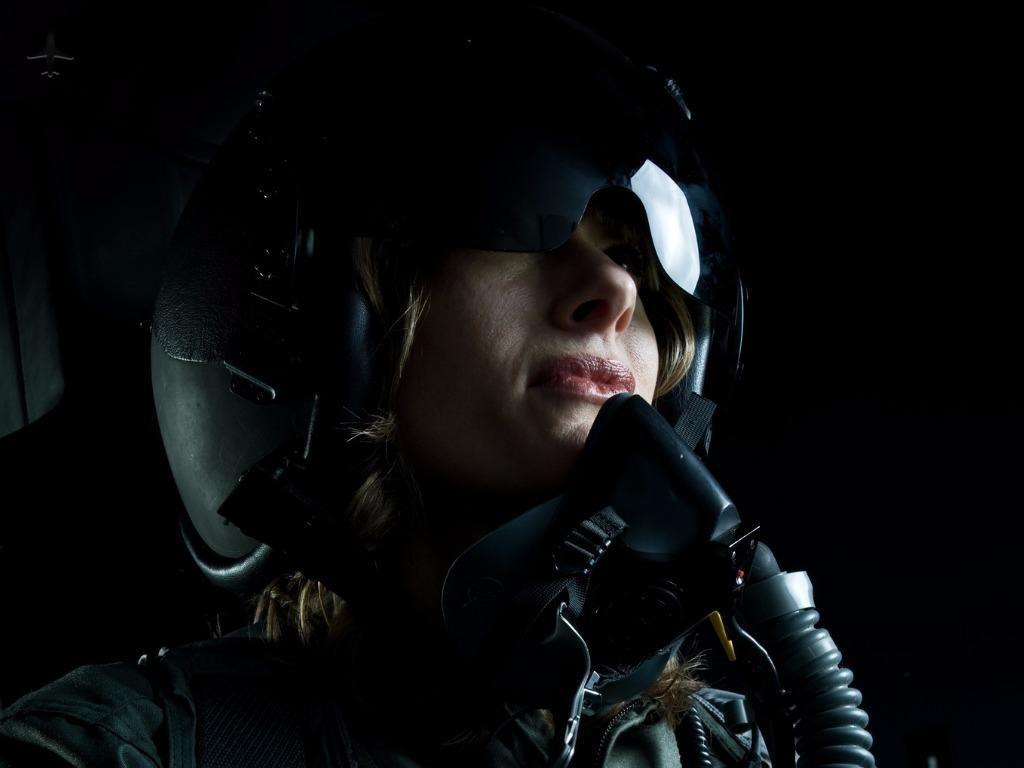 female fighter pilot picture id157405260 1 - Власть над стальной птицей в подарок на Рождество