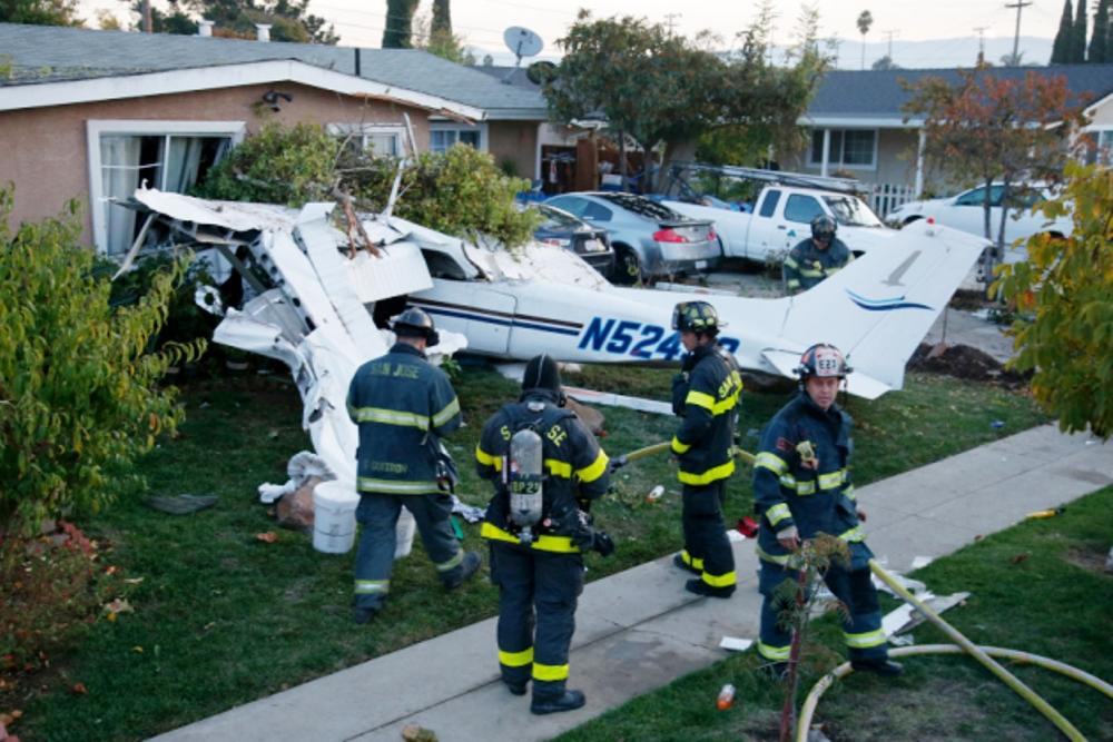 В Калифорнии лёгкий самолёт врезался в жилой дом