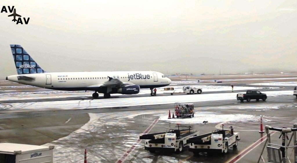 Clip2net 171227154058 1024x562 - Самолёт авиакомпании JetBlue выкатился за пределы ВПП