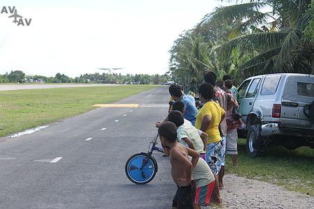 Tuvaluan kids watching plane land at Funafuti International Airport - Аэропорт Фунафути - Тувалу -  Funafuti International Airport - FUN - NGFU