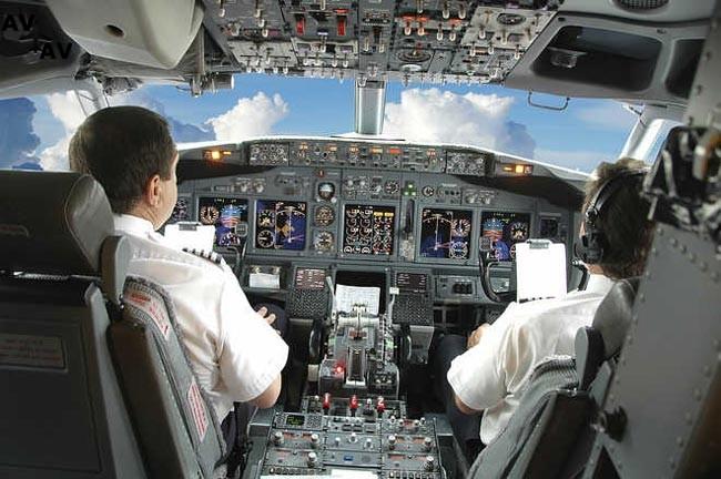 indian pilot beaten up by co pilot in cockpit 1428298776 3045 - Рост спроса на перевозки поднял престиж профессии пилота