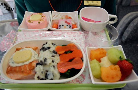 54f946abebaca   del hello kitty airlines - Питание эконом-класса в арендованном самолете