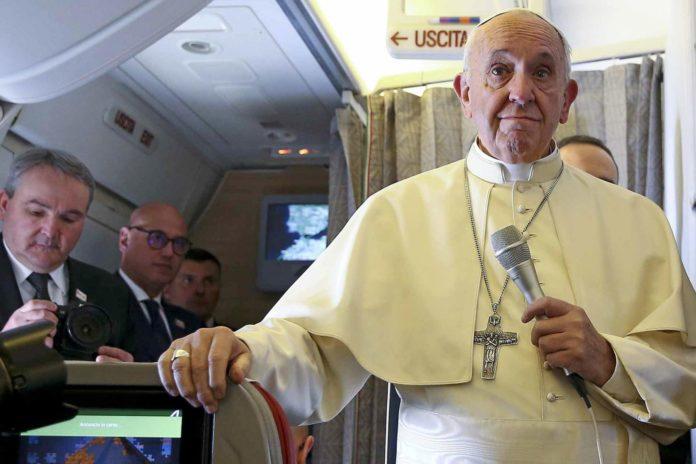 Papa Francisco Avi  n Chile 696x464 - Папа Римский провел венчание молодоженов на борту самолета