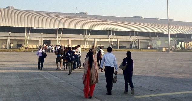 7 11 - Аэропорт Аурангабад (Chikkalthana) коды IATA: IXU ICAO: VAAU город: Аурангабад (Aurangabad) страна: Индия (India)