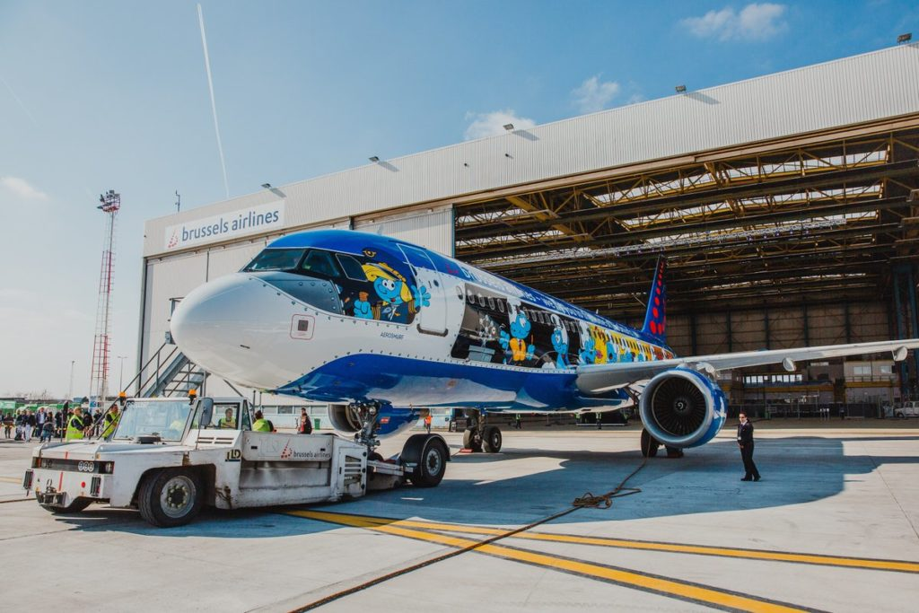 DZE3eE2X0AUvdkL 1024x683 - Brussels Airlines украсила самолет героями известных комиксов о смурфиках