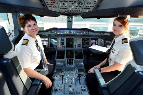 Авиалайнер A380 Emirates пилотировала капитан Патрисия Бишоф из Канады и второй пилот Ребекка Лугхид из Великобритании