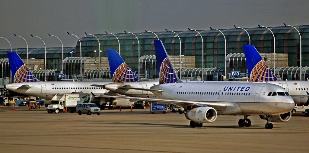 united airlines - Пассажир сбежал из самолета через аварийный выход