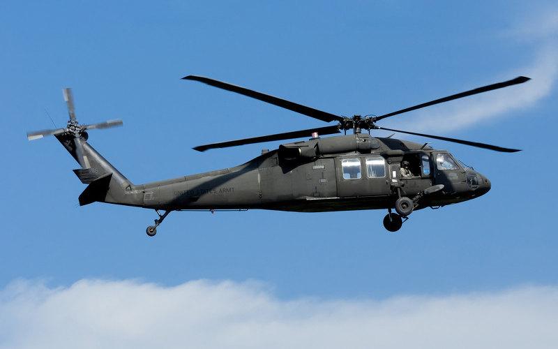 Военный вертолет США потерял иллюминатор в полете