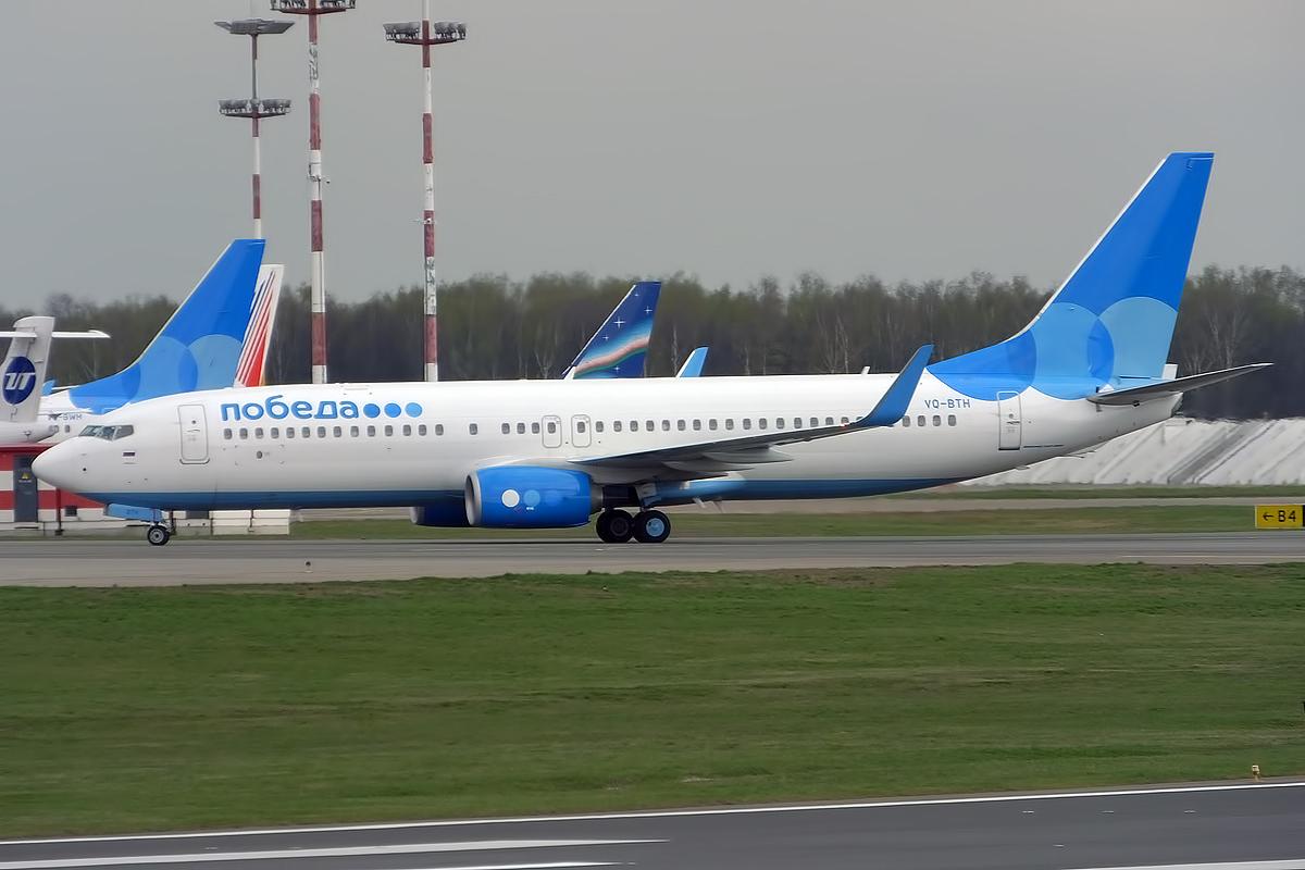 Boeing 737 800 Pobedyi v aeroportu Vnukovo - Самолет «Победы» вернулся в Москву обугленным