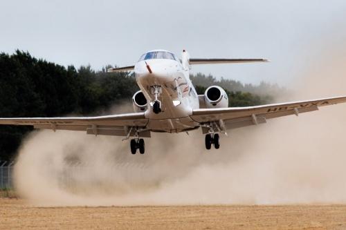 Pilatus PC-24 взлетает с грунтовой ВПП