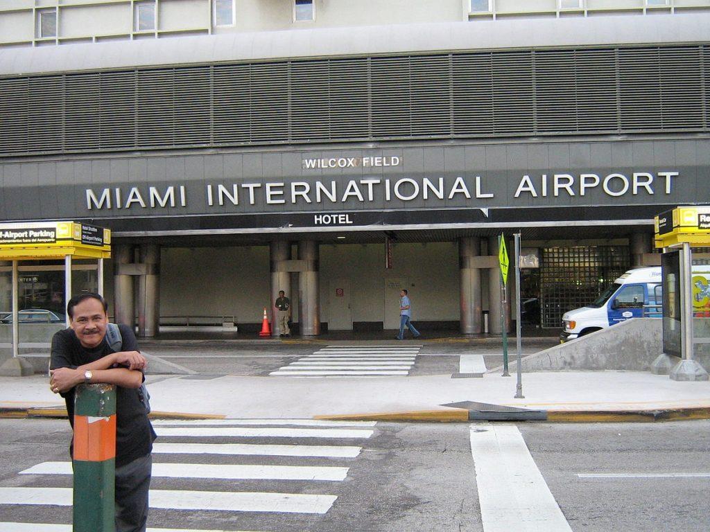 si7j8bllPs4 1024x768 - Питон в багаже – история из Майами
