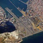 {:ru}Аэропорт North Front (Гибралтар): перекрёсток шоссе и взлетно-посадочной полосы{:}{:ua}Аеропорт North Front (Гібралтар): перехрестя шосе і злітно-посадкової смуги{:}