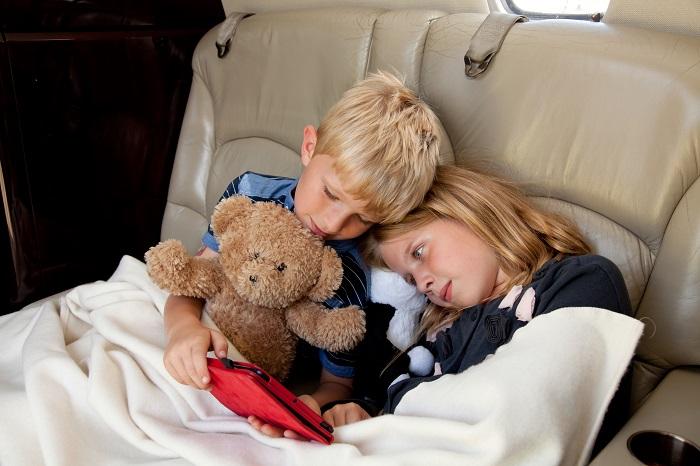 children on jet 700x466 - Путешествие на частном самолете с детьми и новорожденными