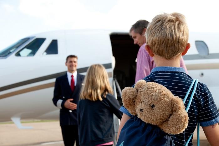 family boarding jet 700x466 - Путешествие на частном самолете с детьми и новорожденными