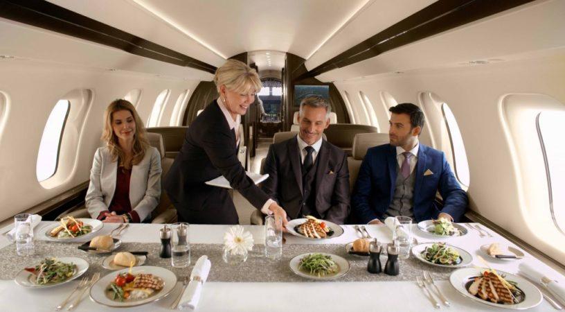 global7000 conference suite dining party edit 816x450 - Наслаждайтесь обедом во время полёта от Cofrance