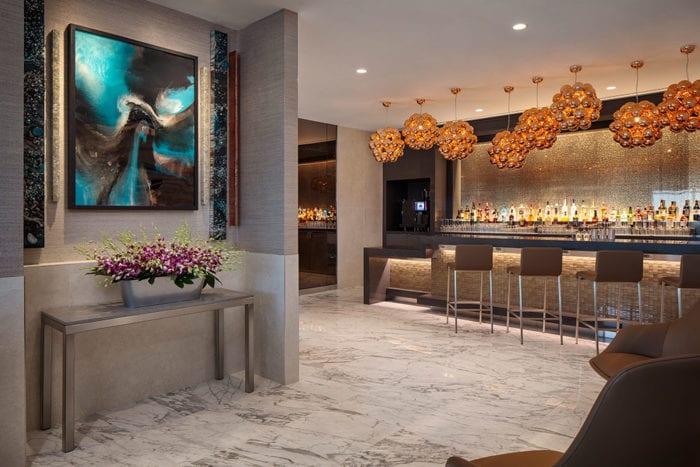 DFW Flagship First Dining 4 700x467 - American Airlines открывает новый флагманский Dallas Lounge