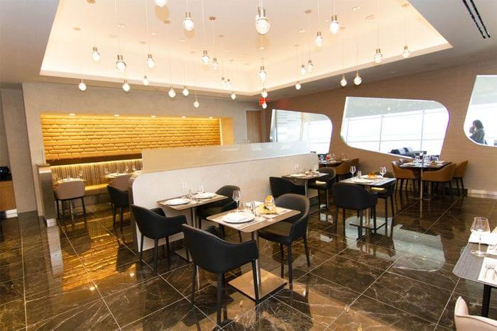 DFW Flagship First Dining 5 700x467 - American Airlines открывает новый флагманский Dallas Lounge