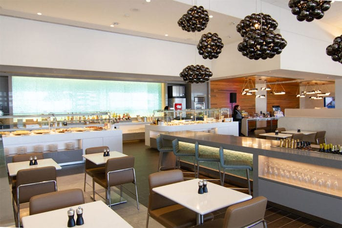 DFW Flagship Lounge 1 700x467 - American Airlines открывает новый флагманский Dallas Lounge