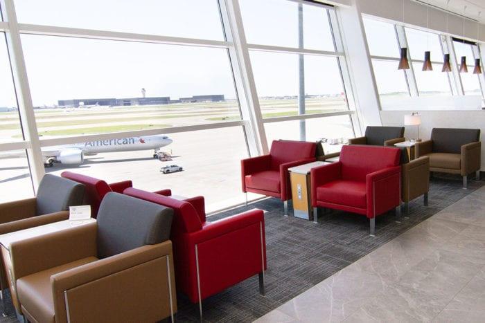 DFW Flagship Seating 700x467 - American Airlines открывает новый флагманский Dallas Lounge