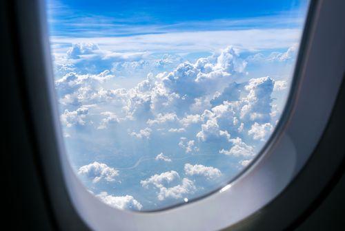 Крошечное отверстие в иллюминаторах самолетов — что это