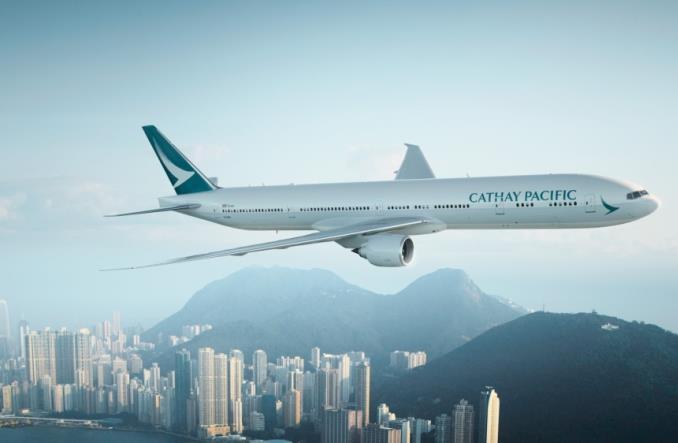Авиалайнер Cathay Pacific над Гонконгом