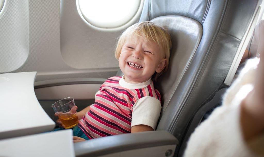 плачущий ребенок на борту самолета