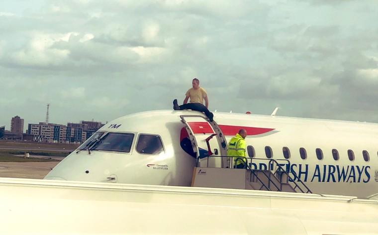 eghb2zgxuaaiml2 free big - Необычная акция протеста в лондонском аэропорту