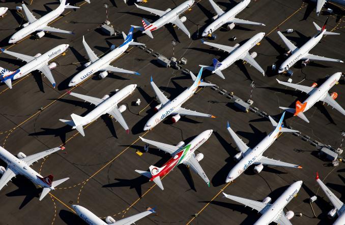 Boeing 737 MAX, собранные в Рентоне и не отправляемые заказчикам в течение почти года, размещаются везде, где это возможно, даже на автомобильных стоянках.