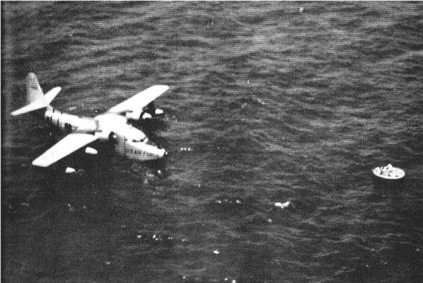 ВВС США SA-16 спасают выживших с машины Cathay Pacific