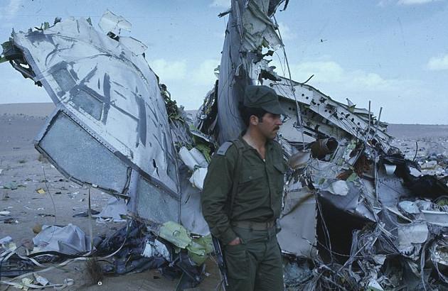 Израильский солдат охраняет обломки ливийского самолета