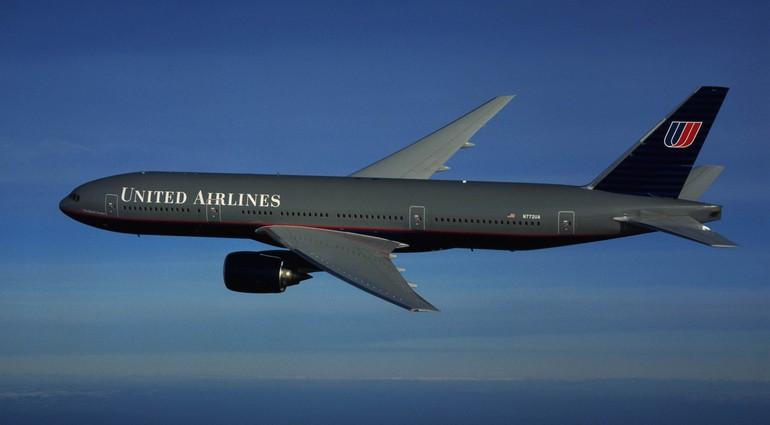 B777-200 United Airlines может лететь на одном двигателе 3 часа
