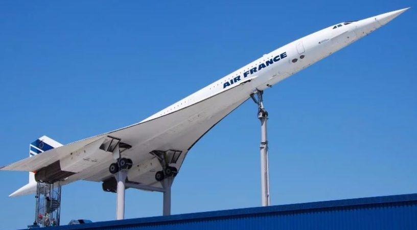 Сверхзвуковой пассажирский самолет Concorde - чудо авиационного машиностроения. 2 марта 1969 года, стильный Конкорд совершил свой первый полет. Из 20 построенных в общей сложности самолетов в эксплуатации находятся только 14, которые находятся в распоряжении только двух авиакомпаний: Air France и British Airways. Сверхзвуковые самолеты обслуживают только два маршрута (Лондон - Нью-Йорк и Париж - Нью-Йорк) и находились в эксплуатации 27 лет. История Concorde, особенно его коммерческий успех, длилась недолго и резко оборвалась 24 октября 2003 года. Тем не менее, феномен этой технологической революции до сих пор остается одной из самых горячих тем для обсуждения среди авиационных профессионалов и энтузиастов. Эпоха уникального остроносого гиганта оставила большой след в авиационной отрасли не только благодаря своему оригинальному дизайну. Прежде всего, Конкорд, оснащенный турбореактивным двигателем, прославился своей способностью пересечь Атлантику менее чем за три часа. Четырехмоторный самолет летел со скоростью, в два раза превышающей скорость звука - 1320 миль в час (2124 км / ч) и поднимаясь на высоту в 60000 футов (более 18 километров). Представьте себе, какой вид открывался перед пассажирами самолета, летящими на такой головокружительной высоте. Однако многие обстоятельства послужили основанием для принятия окончательного решения об закрытии этой программы. Надеемся, что в скором времени будет разработан и построен новый сверхзвуковой пассажирский самолет, который позволит продолжить эру скоростных воздушных путешествий.