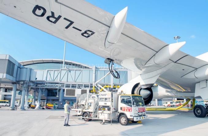 Заправка самолета в аэропортну Гонконга
