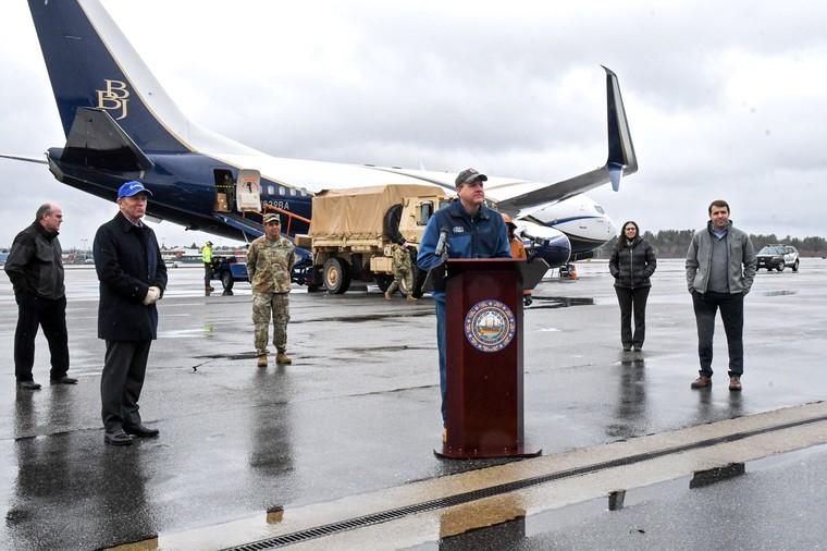 Губернатор Нью-Гемпшира Крис Сунуну в речи во время прибытия 737 BBJ с медикаментами